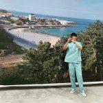 俳優キム・スヒョン、介護士ユニフォーム着て海をバックにセルフィー…「サイコだけど大丈夫」撮影中