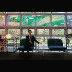 """俳優キム・スヒョン、陰影の中のシルエットだけでもクールなスーツ姿を公開…""""これは絵画か彫刻か"""""""