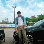 """俳優キム・スヒョン、デニムジャケットを着てユーモラスなポーズ""""いらっしゃいましたか兄貴"""""""