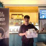 """俳優ユン・シユン、ファンたちがプレゼントしたカフェカーの前でニッコリ笑顔""""おかげで力が出ます"""""""