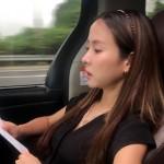 映画「パラサイト」のチョ・ヨジョン、走る車の中で台本チェック…まるで一幅の絵のような輝き