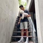 パク・ソジュン、ペットの犬を片手で持ち上げる写真を公開…ファンは思わず笑顔