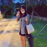 女優コ・ソヨン、ブランドバッグ&スラリとした美脚でニッコリ