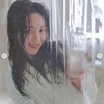 クォン・ミナ(元AOA)、いじめ騒動後のバスタブで濡れ髪姿の広告撮影現場を公開