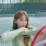 "「IZ*ONE」宮脇咲良、まるでテニスコートでデートしているような""彼女感""あふれるショットを大放出"