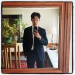 CNBLUEイ・ジョンシン、ダンディーなスーツ姿でファンたちにあいさつ