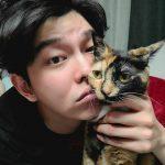 """【トピック】俳優ユン・ギュンサン、""""ツンデレ""""愛猫との写真が話題"""