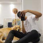 「CNBLUE」イ・ジョンシン、絡まるような長い手足でミラーセルフィー撮影(feat.見つめるシンバ)