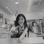女優キム・ユジョン、撮影現場での近況…コンビニ制服でも清楚な美貌
