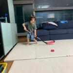 <トレンドブログ>ウィリアムくん、賢いおうち時間生活…ホッケーのゴールポストはおもちゃのブルドーザーで