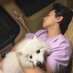 歌手ヘンリー、子犬を抱えたまま眠る姿を公開し女心狙撃