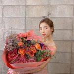 女優シン・セギョン、顔の倍以上の大きな花束を持ち「プレゼントでいただきました」…可憐な美しさがまぶしい