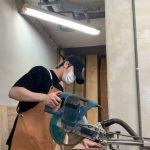 """キム・ジェジュン、マスクにエプロンで木工に夢中…""""生け花とは違った魅力""""(動画あり)"""