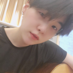 "BTS(防弾少年団)SUGA、ギター抱えた姿にキュンキュン♥""「Dynamite」をギターで練習中"""