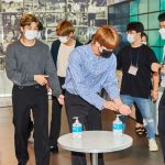 BTS(防弾少年団)、マスクに手の消毒まで徹底して…「音楽キャンプ」ビハインド大放出