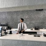 俳優コン・ユ、こんな素敵な店長がいるカフェなら毎日行きたい!!