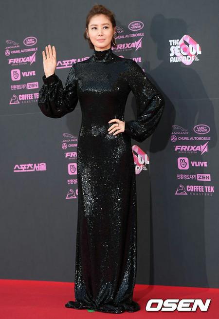 """女優キム・ソンリョン、50代で人魚のようなスタイル?…夕食の献立が""""おやつ""""レベル"""