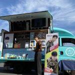"""「CNBLUE」カン・ミンヒョク、ファンたちからのカフェカーの前で爽やかさ爆発""""応援おかげでよくやっています"""""""