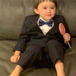 ベントレーくん、素敵なスーツ着てペロペロキャンディーと共にかわいい笑顔…キュート指数100%♥