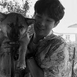 <トレンドブログ>俳優チェ・ウシク、「夏休み」共に過ごしたポピと認証ショット…モノクロでも感じるかわいさと存在感