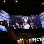 「PHOTO@ソウル」BTS(防弾少年団)映画「Break the Silence: The Movie」公開…PR映像の前で記念撮影