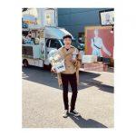 """<トレンドブログ>「WINNER」YOON(カン・スンユン)、ドラマ「カイロス」撮影中にカフェカーの前でニッコリ""""楽しくなるしか"""""""