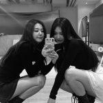 「Red Velvet」スルギ&ジョイ、仲良しモノクロツーショットを公開…カリスマと清純が同居するオーラを発散