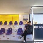 パク・ソジュン、フォトゾーンで記念撮影…長い手脚に視線集中