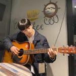 """<トレンドブログ>「ASTRO」チャ・ウヌ、ハイブランドの服を着てギターを弾く雰囲気男神…""""顔の天才""""の日常"""
