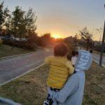 <トレンドブログ>俳優ユン・サンヒョン、子供を抱いて夕焼け見物…やさしいパパ