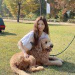 <トレンドブログ>女優シン・セギョン、大型犬を抱いてにっっこり…ウェーブヘアも美しい