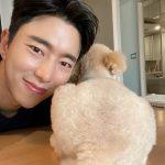 <トレンドブログ>俳優ユン・ヒョンミン、愛犬とツーショット…素敵なビジュアル