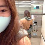 """""""アラフィフ""""女優ユン・ヒョンスク、背中あきファッションでLA近況報告"""