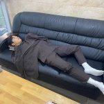<トレンドブログ>キム・ドンジュン、眠れるソファの上の王子様のようなビジュアル