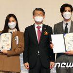 「PHOTO@ソウル」東方神起ユンホ&女優コ・ソヨン、「金融の日」記念式に出席…大統領表彰、国務総理表彰をそれぞれ受賞
