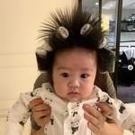 女優ヤン・ミラ、息子の髪にヘアロール巻き爆笑…「砂鉄ベビー」