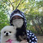 「元祖妖精」の女優ソン・ユリ 愛犬と散歩中にラブリーなウィンク、ママが一番楽しい