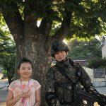 <トレンドブログ>俳優チャン・ドンユン、軍服着て凛々しい姿…子役のパク・ダヨンとカメラの内でも外でもほのぼの