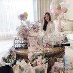 パク・ミニョン、デビュー14周年迎えファンからのプレゼントに囲まれて幸せな笑顔