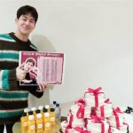 <トレンドブログ>俳優イ・サンユン、ファンからのプレゼントの前でニッコリ^^