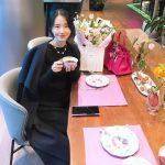 女優・イ・ジョンヒョン 優雅なマダムルック…ラグジュアリーなカフェでコーヒーを飲むお医者さんの嫁