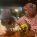 """<トレンドブログ>「TWICE」ナヨン&チェヨン、""""栗の実が2人""""…おそろいのもこもこ帽子をかぶってデート"""