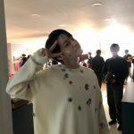 <トレンドブログ>俳優キム・ボム、全身にシールを貼って愛嬌あふれるポーズ