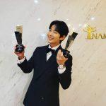 俳優イ・ジュンギ、トロフィー持ってうれしそうな姿…素敵なウインクはおまけ♥