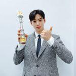 チャ・ウヌ、「2020 SBS芸能大賞」で新人賞受賞「AROHA、『ASTRO』メンバーにも感謝」