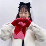 女優ハン・ジミン、黒い大きなリボンにハート、寒さも溶かす爽やかな可愛さ
