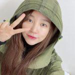 """女優ユン・ウネ、Vサインで近況報告…「Baby V.O.X」の末っ子も今や36歳も""""つややかな無欠点スキン"""""""
