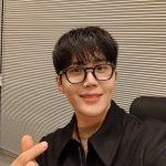 <トレンドブログ>俳優キム・ソンホ、黒縁の眼鏡も似合っちゃうメガネ男子…目の保養ビジュアル