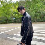 「ASTRO」チャ・ウヌ、革ジャンでバイクにまたがる姿にファン歓喜!!
