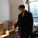 """「2PM」Jun.K、ダンディーな雰囲気でLP鑑賞?!…ウヨンに""""僕のは作動しないから君ので"""""""